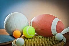 Geassorteerde sportuitrusting. Tennis, rugby, volleyball Stock Fotografie