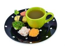 Geassorteerde Sushi en thee Royalty-vrije Stock Foto's