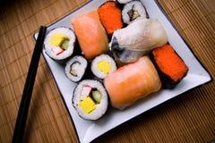 Geassorteerde sushi op plaat stock fotografie