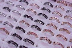 Geassorteerde toevallige ringen voor vrouwen Bevordering en verkoop bij ring Royalty-vrije Stock Foto's