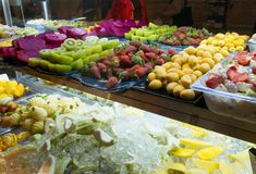 Geassorteerde Verse die Vruchten in Storefront met Ijsblokje worden gemengd Royalty-vrije Stock Foto