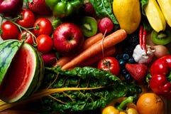 Geassorteerde vruchten, groenten en kruidig materiaal Stock Foto's