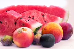Geassorteerde vruchten, plakken van watermeloen, perzik, fig., pruim, appel Stock Afbeeldingen