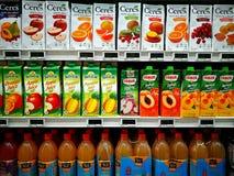 Geassorteerde vruchtensappen in gastronomische supermarkt Stock Foto's