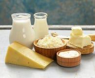Geassorteerde zuivelproductenmelk, yoghurt, kwark, zure room Stock Afbeeldingen
