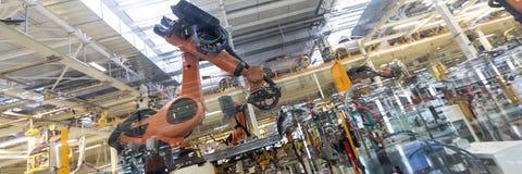 Geautomatiseerd Assemblageproces van auto's door robots Automobielproductielijn Lang formaat Breed kader royalty-vrije stock fotografie