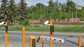 Geautomatiseerd autoparkeren met kabeltelevisie Kabeltelevisie-cameranummerplaat Stock Afbeelding