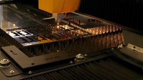 Geautomatiseerd industrieel laser scherp staal in de fabriek stock footage