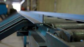 Geautomatiseerd machine cuting metaal in Industriële fabriek stock footage