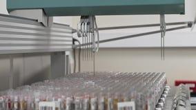 Geautomatiseerd medisch tests robotachtig hulpmiddel, klinisch diagnoselaboratoriummateriaal stock footage