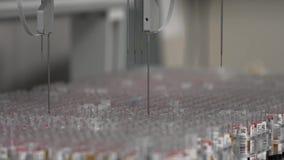 Geautomatiseerd medisch tests robotachtig hulpmiddel, klinisch diagnoselaboratoriummateriaal stock videobeelden