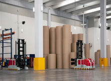 Geautomatiseerd pakhuis (document) met robotachtige vorkheftruck stock afbeelding