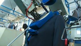 Geautomatiseerd proces om kleren, bodemmening te tikken stock videobeelden