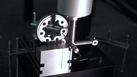 Geautomatiseerd proces van machinedeel productie Technologische apparatuur stock footage