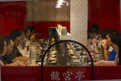 Geautomatiseerd sushirestaurant in Dotombori, Osaka, Japan Royalty-vrije Stock Afbeeldingen