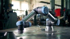 Geautomatiseerd wapen met draden die in een faciliteit werken stock footage