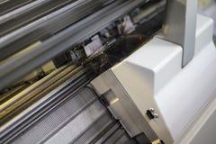 Geautomatiseerde breiende machines in textielfabriek stock fotografie
