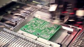 Geautomatiseerde elektronikadelen die lijn vervaardigen stock video