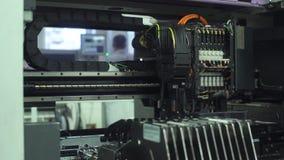 Geautomatiseerde elektronikadelen die lijn vervaardigen stock footage