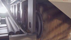 Geautomatiseerde houten oppoetsende machine in een meubilair productiefaciliteit stock footage