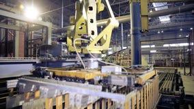 Geautomatiseerde machine Moderne 3D CNC machine die bij industriële fabriek werken stock video