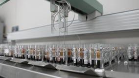 Geautomatiseerde medische test robotachtige machine, klinisch diagnoselaboratoriummateriaal stock videobeelden