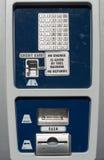Geautomatiseerde publieke telefooncel voor parkeren stock afbeelding