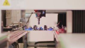 Geautomatiseerde selectieve conforme deklaagraad door robotsysteem stock video