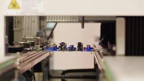 Geautomatiseerde selectieve conforme deklaagraad, robotachtig systeem stock videobeelden