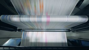 Geautomatiseerde transportband die gedrukte krant bewegen bij een fabriek stock videobeelden