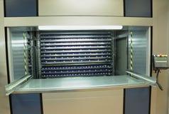 Geautomatiseerde verticale carrouselopslageenheid in het pakhuis stock afbeeldingen