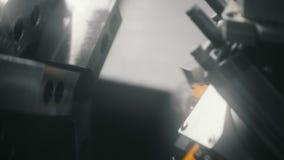 Geautomatiseerde vervanging van delen die op een draaibank machinaal worden bewerkt stock videobeelden