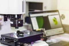 Geavanceerd technisch en nauwkeurigheid van visie die systeem voor kwaliteitscontrole in het industriële werk meten royalty-vrije stock foto's