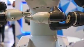 Geavanceerd technisch, geautomatiseerde robot die zijn handen in de EXPO, tentoonstelling met de verwezenlijkingen van naties bew stock footage