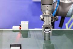 Geavanceerd technische en precisierobotgreep voor vangstproduct in productieproces stock foto's