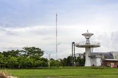 Geavanceerd technische schuiven de satellietschotel of de radio post en radioantennepool op bewolkte hemeldag ineen royalty-vrije stock foto