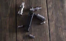 Geavanceerd vaping apparaat, e-sigaret op de lijst royalty-vrije stock foto's