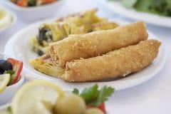 Gebäck auf Frühstückstische mit Oliven Lizenzfreie Stockfotos