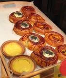 Gebäck in der Supermarktbäckerei Verschiedene Arten von Brötchen lizenzfreie stockfotografie