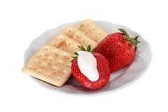 Gebäck, Erdbeeren und Creme Stockbilder