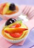 Gebäck mit Frucht und Gabeln Stockbilder
