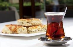 Gebäck mit Tee lizenzfreies stockbild