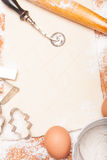 Gebäck, Nudelholz, Eier und Abbildungen für Plätzchen Stockbild