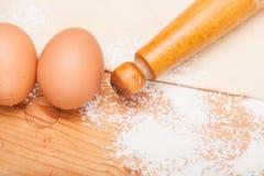 Gebäck, Nudelholz, Eier und Abbildungen für Plätzchen Stockfotografie
