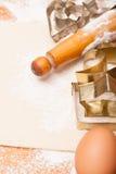 Gebäck, Nudelholz, Eier und Abbildungen für Plätzchen Lizenzfreie Stockfotos