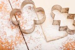 Gebäck und Abbildungen für Plätzchen auf hölzernem Lizenzfreies Stockfoto