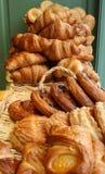 Gebäck und Hörnchen in einer Bäckerei Lizenzfreies Stockbild