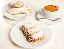 Gebäck und Kaffeetasse Stockfotos