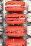 Gebäckkeksnachtisch der süßen Mandel Rotes hochrotes Hochrot der französischen Reihe der Makronen vertikalen Zwei-farbige Makrone lizenzfreie stockfotos