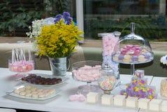 Gebäckkinderpartysonderkommando, Kuchenfreude und Imbisse, Süßspeisen an der Kinderparty stockbild
